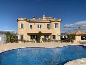 5 bedroom Villa for sale in Sax