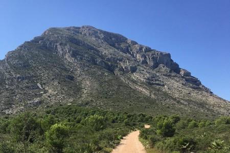 ¡Deja que la naturaleza entre en tu vida, muévete a la montaña Montgó hoy!
