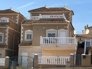 A Beautifully Presented 3 Bedroom South Facing House, El Galan