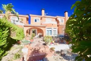 Villa privada con piscina comunitaria en venta en Gata residencial