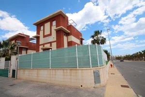 3 bedroom 3 bathroom detached corner villa in Cabo Roig