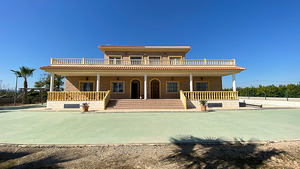 6 bedroom 4 bathroom detached villa in Los Montesinos - 2 properties in one