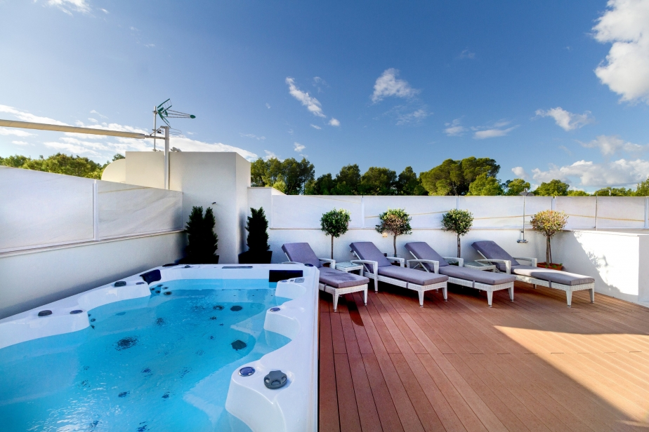 Penthouse with terraces and jacuzzi in Bendinat