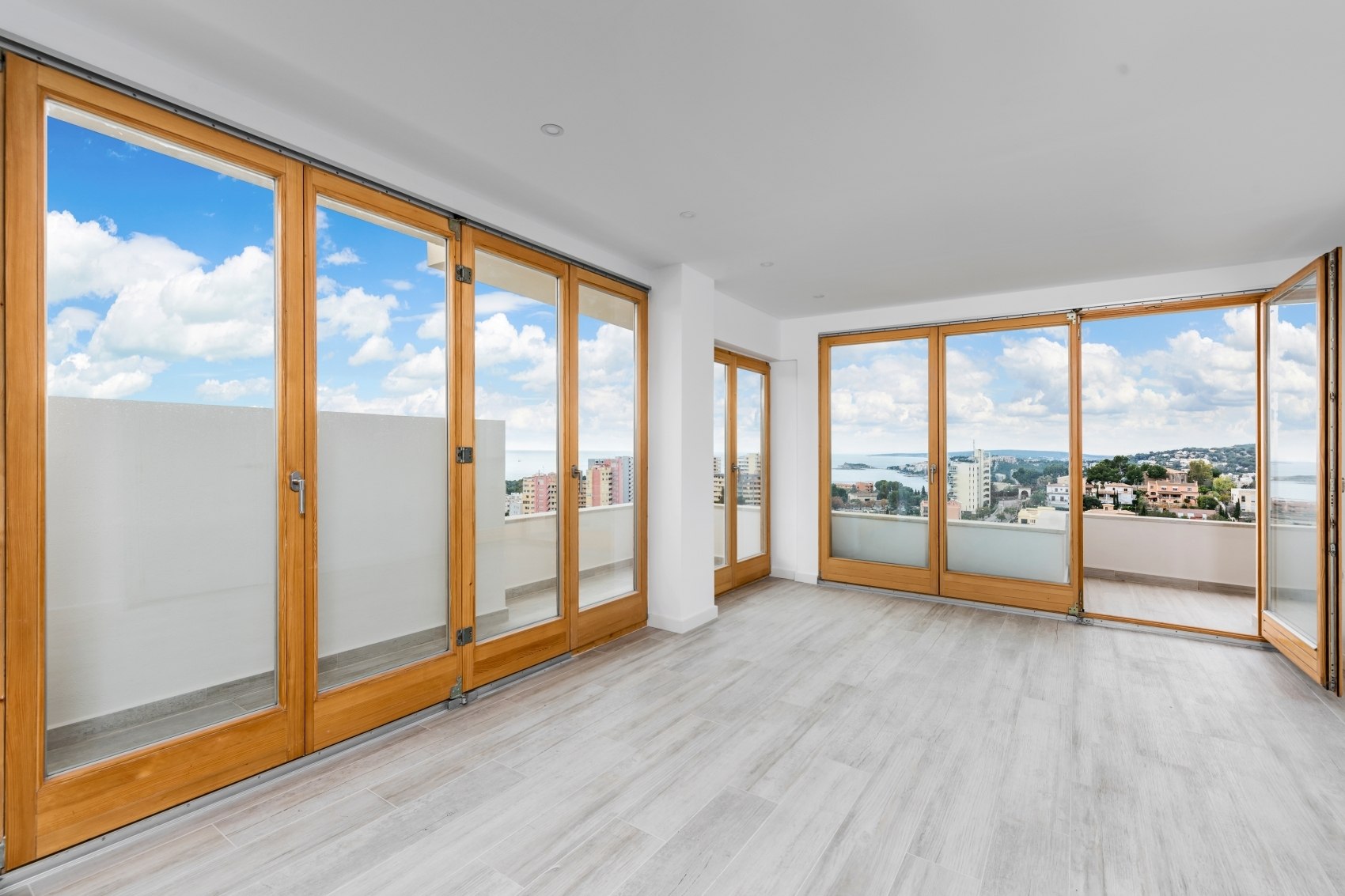 Light flooded apartment with amazing sea views and large terrace in Bonanov